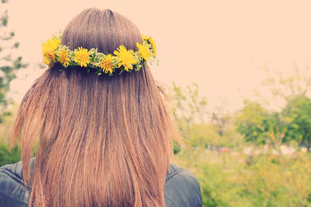 Photo pour Female hair with crown of dandelions - image libre de droit