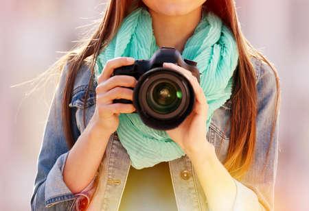 Foto de Young photographer taking photos outdoors - Imagen libre de derechos