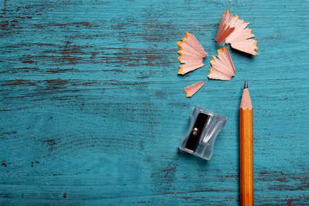 Photo pour Pencil with sharpening shavings on color wooden background - image libre de droit