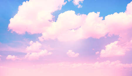 Photo pour Blue sky background with pink clouds - image libre de droit