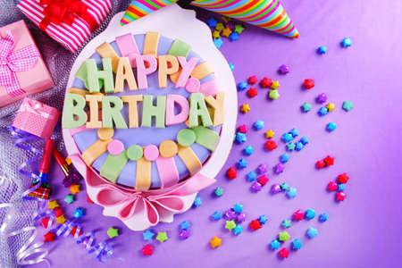 Photo pour Delicious birthday cake on table close-up - image libre de droit