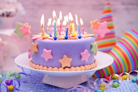 Photo pour Delicious birthday cake on table on light background - image libre de droit
