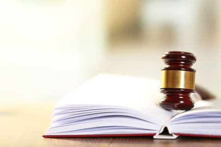Foto de Wooden judges gavel lying on law book, close up - Imagen libre de derechos