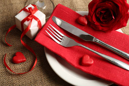 Photo pour Festive table setting for Valentine Day - image libre de droit