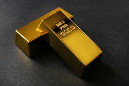 Photo pour Gold bars on black background - image libre de droit
