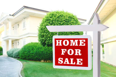 Photo pour Real estate sign in front of new house for sale - image libre de droit