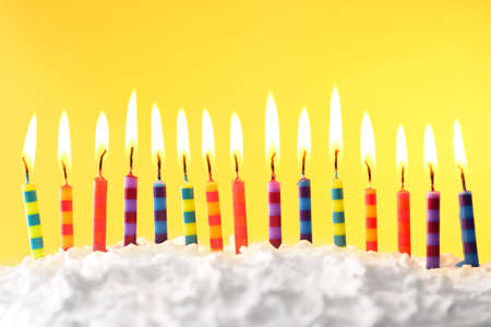 Photo pour Birthday cake with candles on color background - image libre de droit