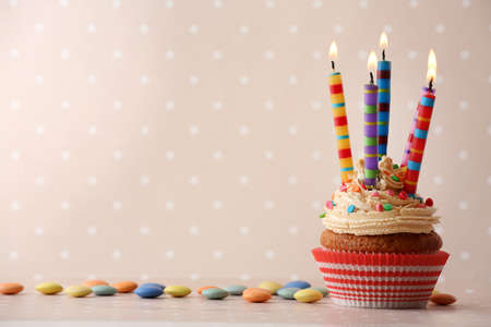 Photo pour Birthday cupcake with candles on color background - image libre de droit