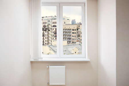 Foto de Cityscape view through modern window in room - Imagen libre de derechos