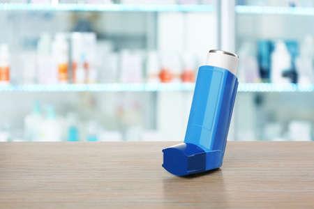 Foto de Concept of health care and asthma. Inhaler on counter at pharmacy - Imagen libre de derechos