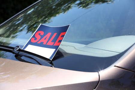 Foto de For sale sign on windshield of car. - Imagen libre de derechos