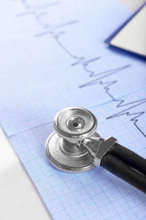 Foto de Stethoscope on cardiogram  sheet, closeup - Imagen libre de derechos