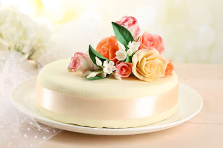 Photo pour Cake with sugar paste flowers, on light background - image libre de droit
