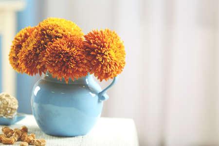Photo pour Flowers and home decor on a table - image libre de droit