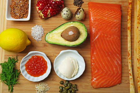 Foto de Tasty ingredients of salmon tartare on cutting board, flat lay - Imagen libre de derechos