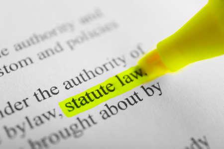 Foto de Words Statue law highlighted with a yellow marker - Imagen libre de derechos