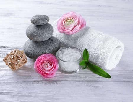 Photo pour Composition of spa treatment on white wooden background - image libre de droit