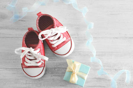 Photo pour Baby shoes on wooden table - image libre de droit