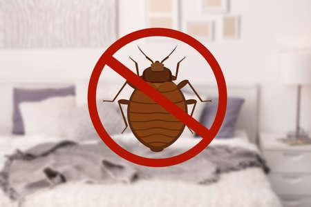 Foto de Stop bug sign and clean bed in room - Imagen libre de derechos