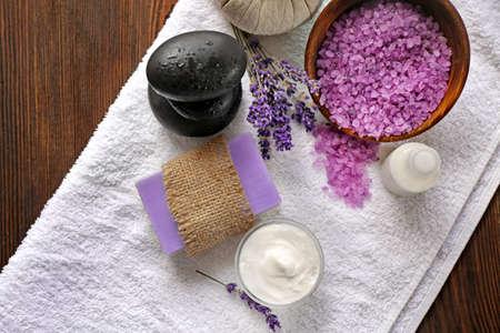 Photo pour Spa composition with lavender, towel and cream on wooden background - image libre de droit