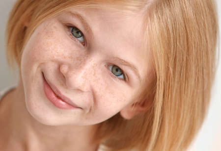 Foto de Closeup portrait of attractive teenager girl with freckles - Imagen libre de derechos
