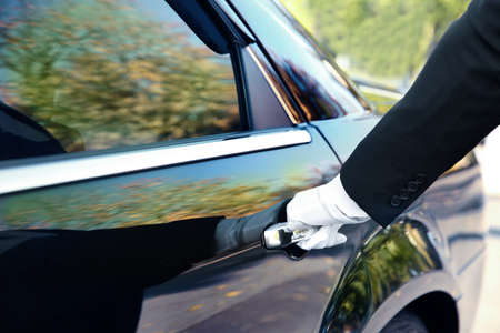 Foto de Closeup of chauffeur opening car door - Imagen libre de derechos