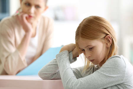 Foto de Sad teenager girl in child psychologist's office - Imagen libre de derechos