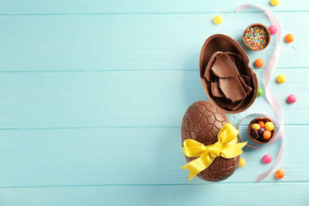 Photo pour Easter composition with chocolate eggs on color wooden background, space for text - image libre de droit