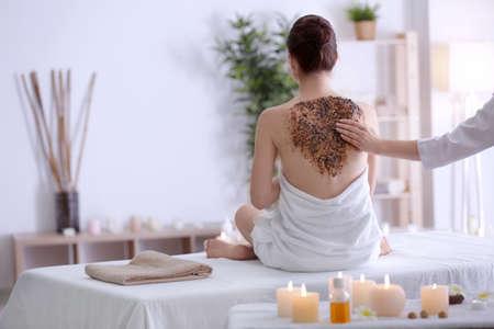 Photo pour Beautiful young woman undergoing scrub treatment in spa salon - image libre de droit