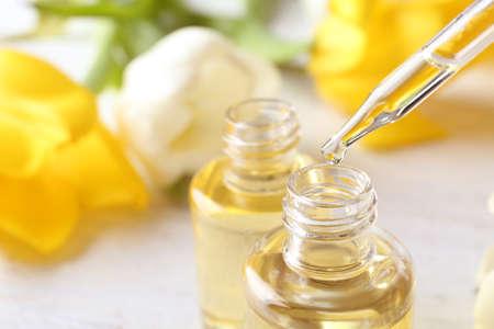 Foto de Perfume bottle and pipette with oil drop, closeup - Imagen libre de derechos