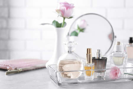 Foto de Glass tray with bottles of perfume on table - Imagen libre de derechos