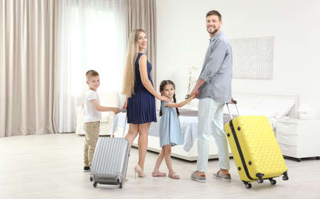 Photo pour Family with luggage in hotel room - image libre de droit