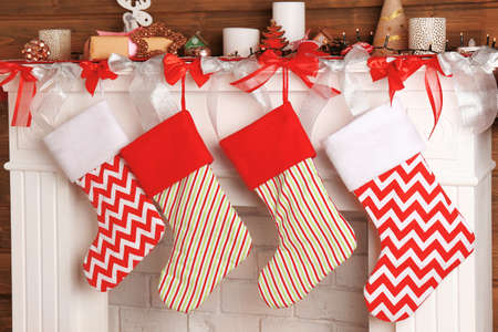 Photo pour Beautiful fireplace decorated for Christmas with socks - image libre de droit