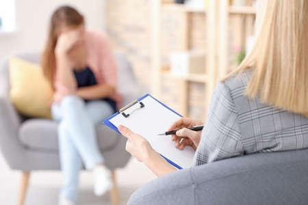 Foto de Female psychologist working with patient in office - Imagen libre de derechos