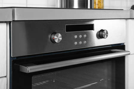 Photo pour New electric oven in kitchen - image libre de droit