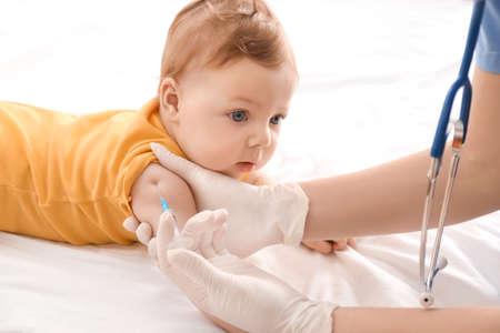 Foto de Doctor vaccinating little baby in hospital - Imagen libre de derechos