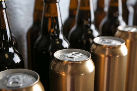 Foto de Fresh beer in cans and bottles, closeup - Imagen libre de derechos