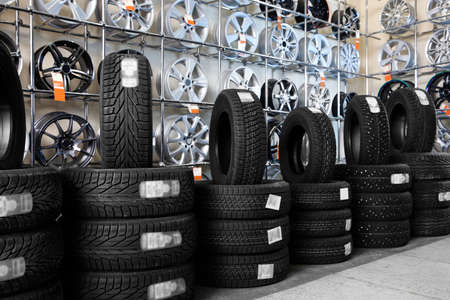 Foto de Car tires and alloy wheels in automobile service center - Imagen libre de derechos