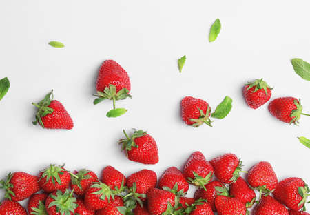 Photo pour Composition with ripe red strawberries and mint on light background - image libre de droit