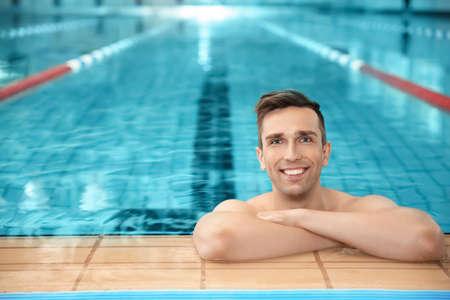 Photo pour Young athletic man in swimming pool - image libre de droit
