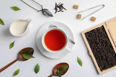 Photo pour Flat lay composition with delicious tea on light background - image libre de droit