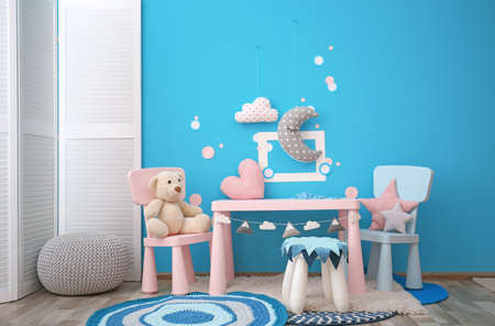 Photo pour Modern interior of child game room with table, chairs and toys - image libre de droit