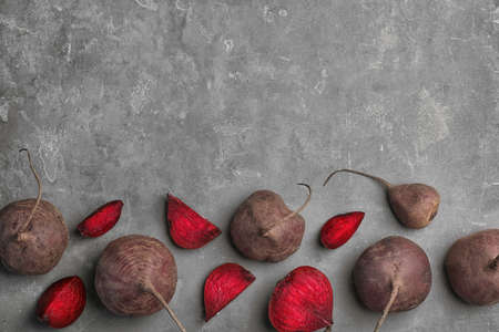 Photo pour Flat lay composition with ripe beets on grey background - image libre de droit