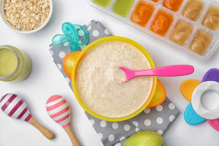 Photo pour Flat lay composition with bowl of healthy baby food on white background - image libre de droit