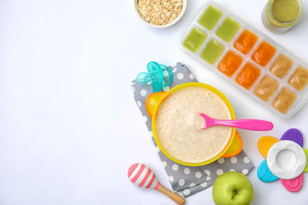 Photo pour Flat lay composition with bowl of healthy baby food and space for text on white background - image libre de droit