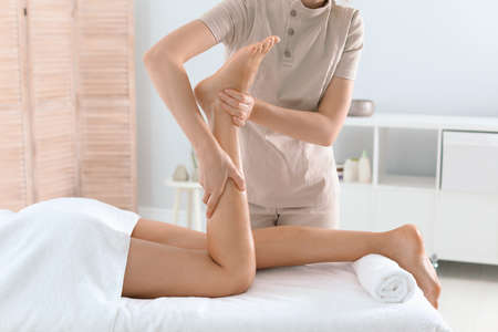 Foto de Woman receiving leg massage in wellness center - Imagen libre de derechos