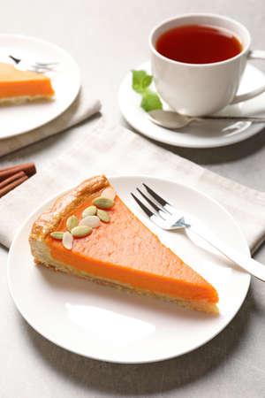 Foto de Plate with piece of fresh delicious homemade pumpkin pie on light table - Imagen libre de derechos
