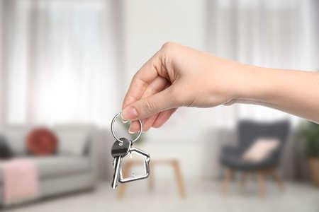 Foto de Woman holding house key in modern living room, closeup - Imagen libre de derechos