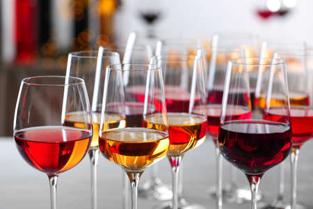 Photo pour Glasses with different wines on blurred background, closeup - image libre de droit