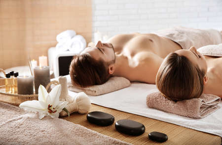 Foto de Young couple with spa essentials in wellness center - Imagen libre de derechos
